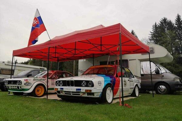 Oba pretekárske autá bratov Beníkovcov v Rechbergu.