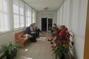 Zamestnanci školy prišli na súd.
