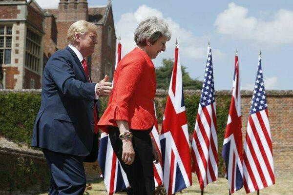 Americký prezident Donald Trump a britská premiérka Theresa Mayová prichádzajú na tlačovú konferenciu v Chequers 13. júla 2018.
