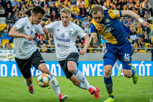 Michalovskí obrancovia Martin Kolesár (vľavo) a Dominik Špiriak boli v piatok v neustálej pohotovosti.