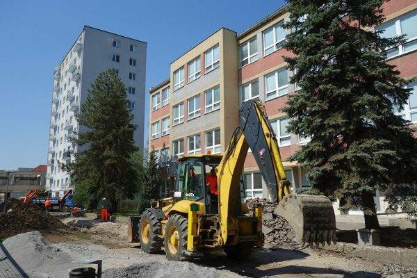 Z eurofondov aktuálne Zvoen rekonštruuje aj Hrnčiarsku ulicu v centre.
