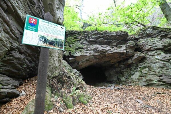 Vstup do Jánošíkovej skrýše.