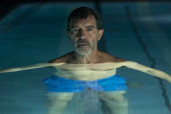 Antonio Banderas vo filme Bolesť a sláva.