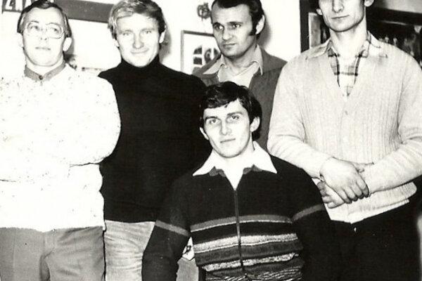 Rok 1979, balkón sokolovne, výbor oddielu kulturistiky – hore zľava František Zubatý, Jozef Sitkey – predseda oddielu, Ivan Mallo, Milan Kunda, dole Ľudovít Bobula.