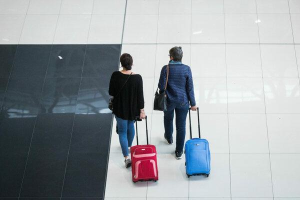 Každý letecký prepravca má vlastné prepravné podmienky batožiny. Spoliehať sa na zhovievavosť colníkov sa nemusí vždy vyplatiť.