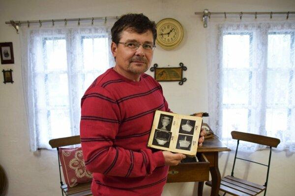 Umelecký drotár Juraj Šerík ukazuje katalóg drôtených výrobkov, ktorý si viedol jeho pradedo.