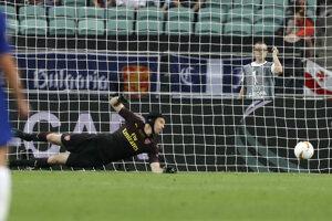 Petr Čwwech inkasuje druhý gól z kopačky Pedra.