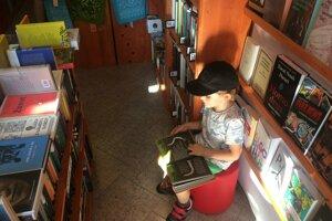Adam si knihy požičiava aj z knižnice.