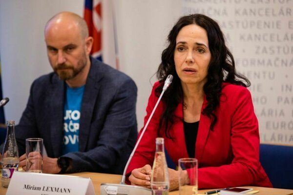 Zľava: Zvolený europoslanec Vladimír Bilčík a Miriam Lexmann.