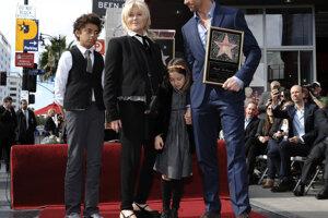 Hugh Jackman s manželkou Deborrou – Lee, synom Oscarom a dcérou Avou.