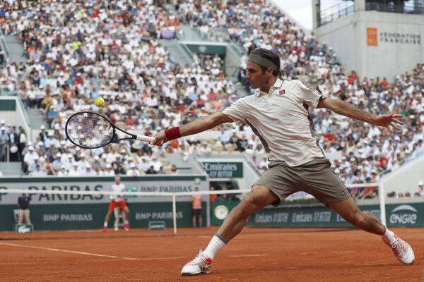Roger Federer odvracia loptičku Nórovi Casperovi Ruudovi v 3. kole grandslamového tenisového turnaja Roland Garros v Paríži 31. mája 2019.