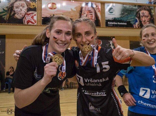 Alica Kostelná (vľavo) so spoluhráčkou Janou Šustkovou pri koštovke zlatých medailí.