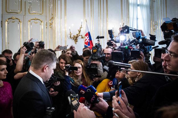 Premiér Fico hovorí s novinármi po stretnutí s prezidentom.