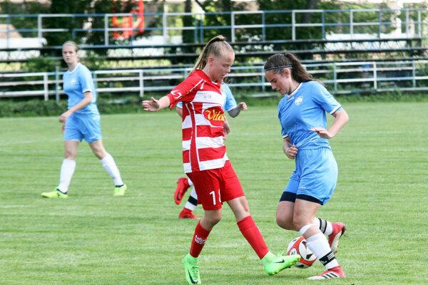 Dvoma gólmi k výhre Nitry prispela Martina Nagyová (vpravo v modrom).