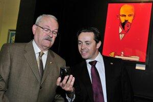 Exprezident Ivan Gašparovič a vľavo jeho hovorca Marek Trubač.