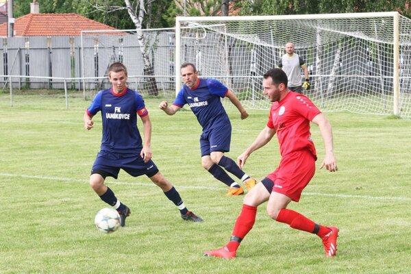 Janíkovce remizovali vnitrianskom derby sChrenovou 1:1. Na snímke sú aj obaja strelci gólov. Zľava Štefek, Šindler aKrajanec.