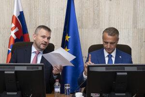 Peter Pellegrini a vpravo podpredseda vlády pre investície a informatizáciu Richard Raši.