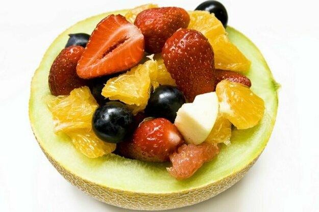 Ovocný šalát s jogurtom a domácimi müsli