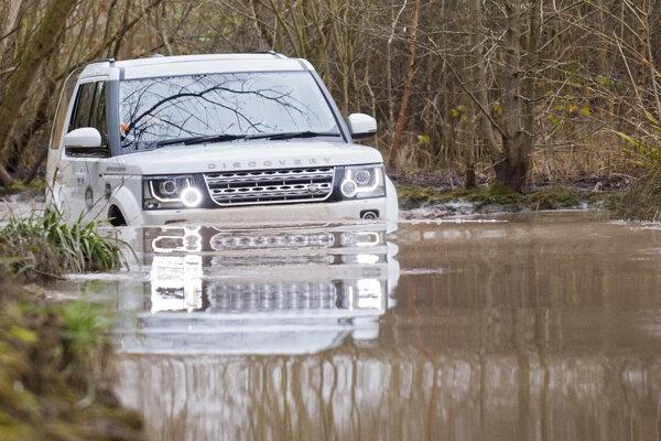 Vozidlá britskej značky Land Rover zvládnu prebrodiť aj vodu.