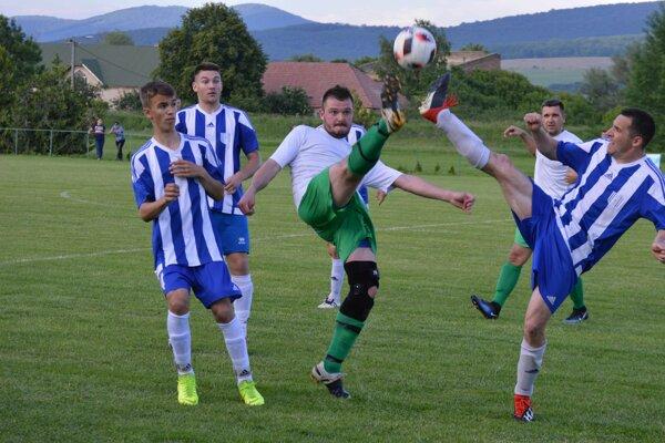 Futbalisti Salky (v bielom) porazili na vlastnom trávniku nebezpečné Nesvady vpomere 3:2, keď vpolčase viedli 2:0.