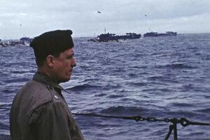 Režisér George Stevens stojí na lodi pri pobreží Normandie. Farebné zábery natočil Stevens a po rokoch sa opäť objavili.