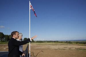 Britská premiérka Theresa Mayová a francúzsky prezident Emmanuel Macron sa účastnia spomienkového podujatia pri príležitosti 75. výročia vylodenia spojencov v Normandii.