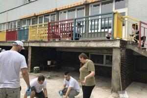 V bratislavskom Starom meste dobrovoľníci zveľaďujú Základnú školu s materskou školou pre deti so sluchovým postihnutím.