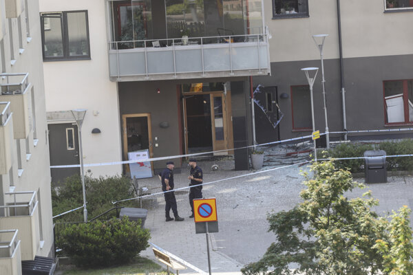 Policajti hliadkujú pred bytovým domom, kde došlo k explózii v Linköpingu.