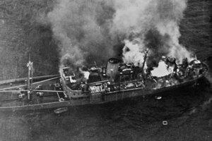 Nemecká loď Alsterufer v plameňoch po zásahu československých letcov.