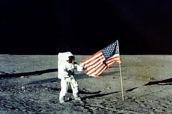 Fotka z misie na mesiaci v roku 1969.