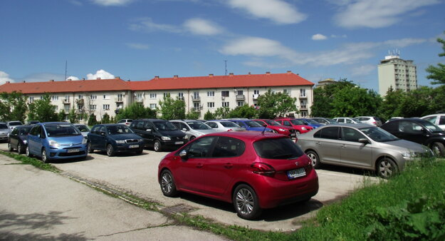 Parkovisko za ZUŠ Vajanského.