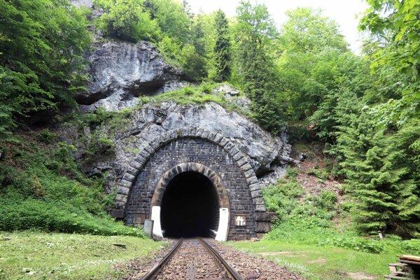 Portál najdlhšieho tunela.