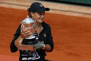 Ashleigh Bartyová s trofejou pre víťazku Roland Garros 2019.
