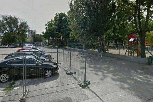 Na mieste bývalého parkoviska začala výstavba.