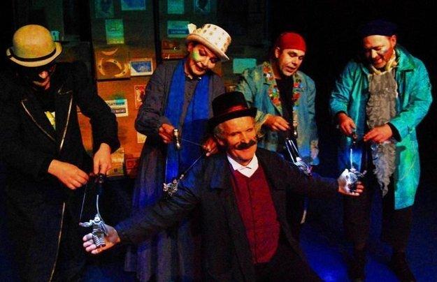 Jubilant dolu v popredí v predstavení Lakomstory z Londýna.