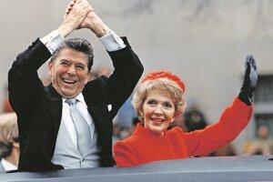 Prezident Ronald Reagan a prvá dáma Nancy Reagan počas inauguračného sprievodu v roku 1981.