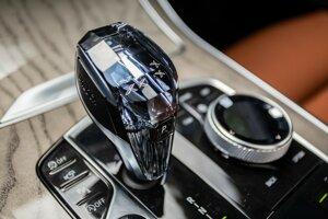 Príplatkový balík Crafted Clarity so sklenenými ovládačmi aj voličom prevodovky dodáva väčší punc luxusu.