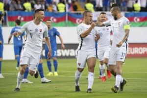 Na snímke zľava Róbert Boženík, strelec gólu Stanislav Lobotka a kapitán Marek Hamšík (všetci Slovensko) sa tešia po strelení úvodného gólu počas zápasu kvalifikačnej E-skupiny Azerbajdžan - Slovensko o postup na futbalové ME2020 v Baku 11. júna 2019.