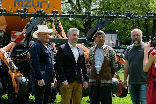 Farmári so županom pri podpise memoranda.