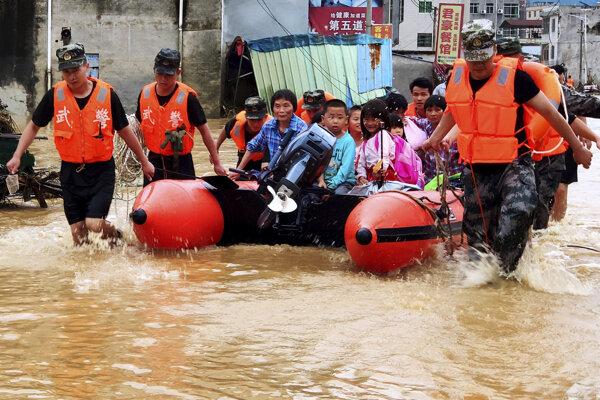Pre silný dážď museli evakuovať tisíce ľudí.