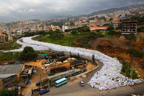 Tašky s odpadom lemujú cestu vo východnej časti Bejrútu.