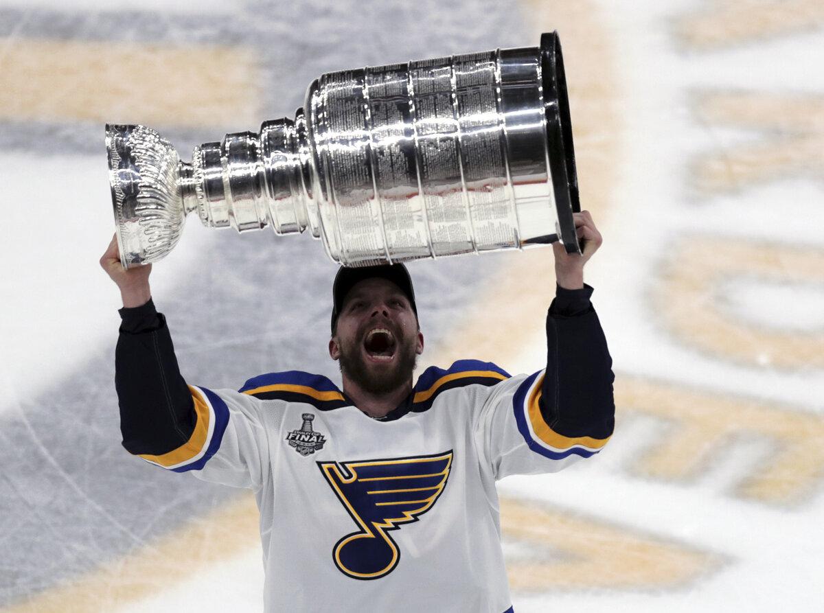 eb0ef6720fda4 Hokejista St. Louis Blues David Perron zdvíha nad hlavu Stanley Cup pre  víťaza NHL 2018