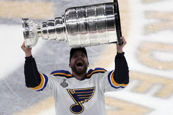 Hokejista St. Louis Blues David Perron zdvíha nad hlavu Stanley Cup pre víťaza NHL 2018/2019.