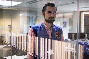 Michal Miadok (37) študoval právo na Slovensku a na univerzite v Amsterdame. Pracoval ako koordinátor humanitárnej pomoci na projektoch Trnavskej univerzity a Vysokej školy sv. Alžbety v Keni, na Haiti a v Burundi. Štyri roky pracuje v Koordinačnom centre pre reakcie na núdzové situácie (ERCC) v Bruseli ako jediný Slovák. Každá krajina na svete môže aktivovať mechanizmus civilnej ochrany EÚ v krízach, ako sú lesné požiare, zemetrasenia alebo cunami, ak štát nedokáže situáciu riešiť sám.