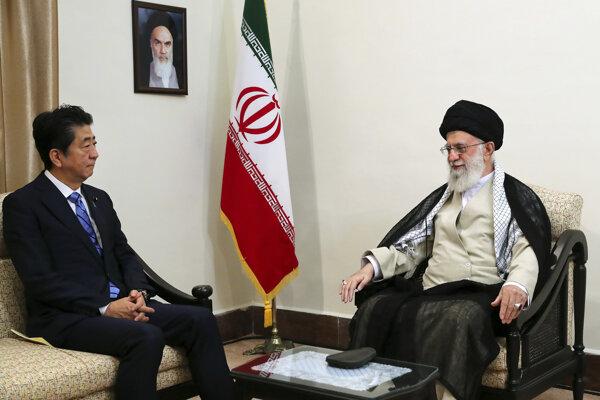 Iránsky duchovný vodca ajatolláh Alí Chameneí počas stretnutie s japonským premiérom Šinzóom Abem.