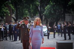 Prezidentka počas prehliadky Ozbrojených síl.