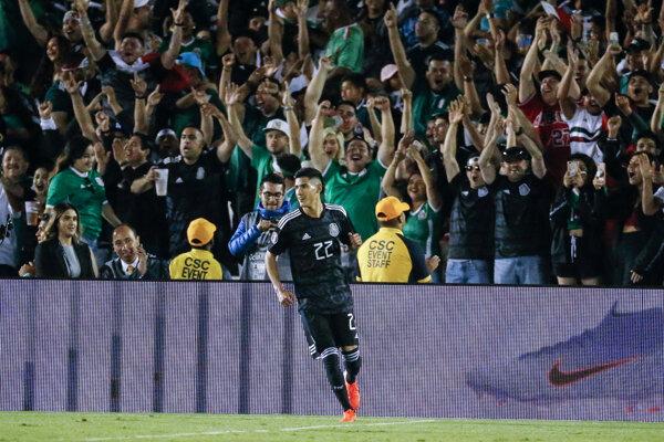 Mexický obranca Jorge Sánchez.