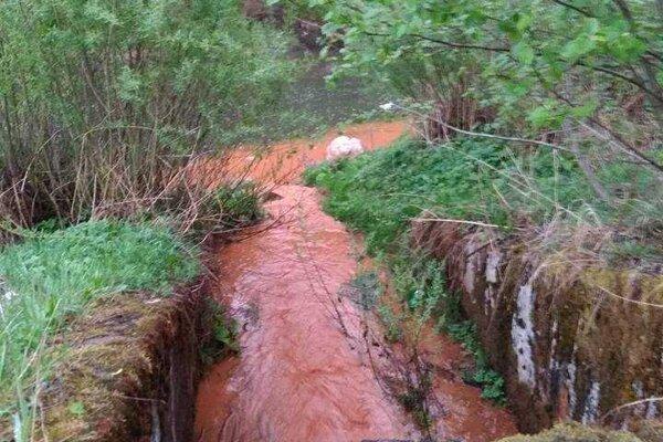 Pôvodcu tohto znečistenia sa inšpektorom životného prostredia podarilo zistiť. Išlo o podnik, ktorý za to dostal pokutu.