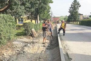 Pri škole bude nová nielen cesta, ale aj chodník.
