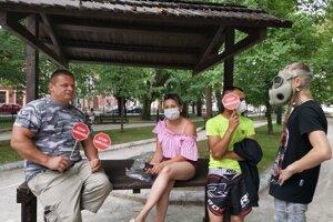 Stop zápachu a plynové masky na proteste.